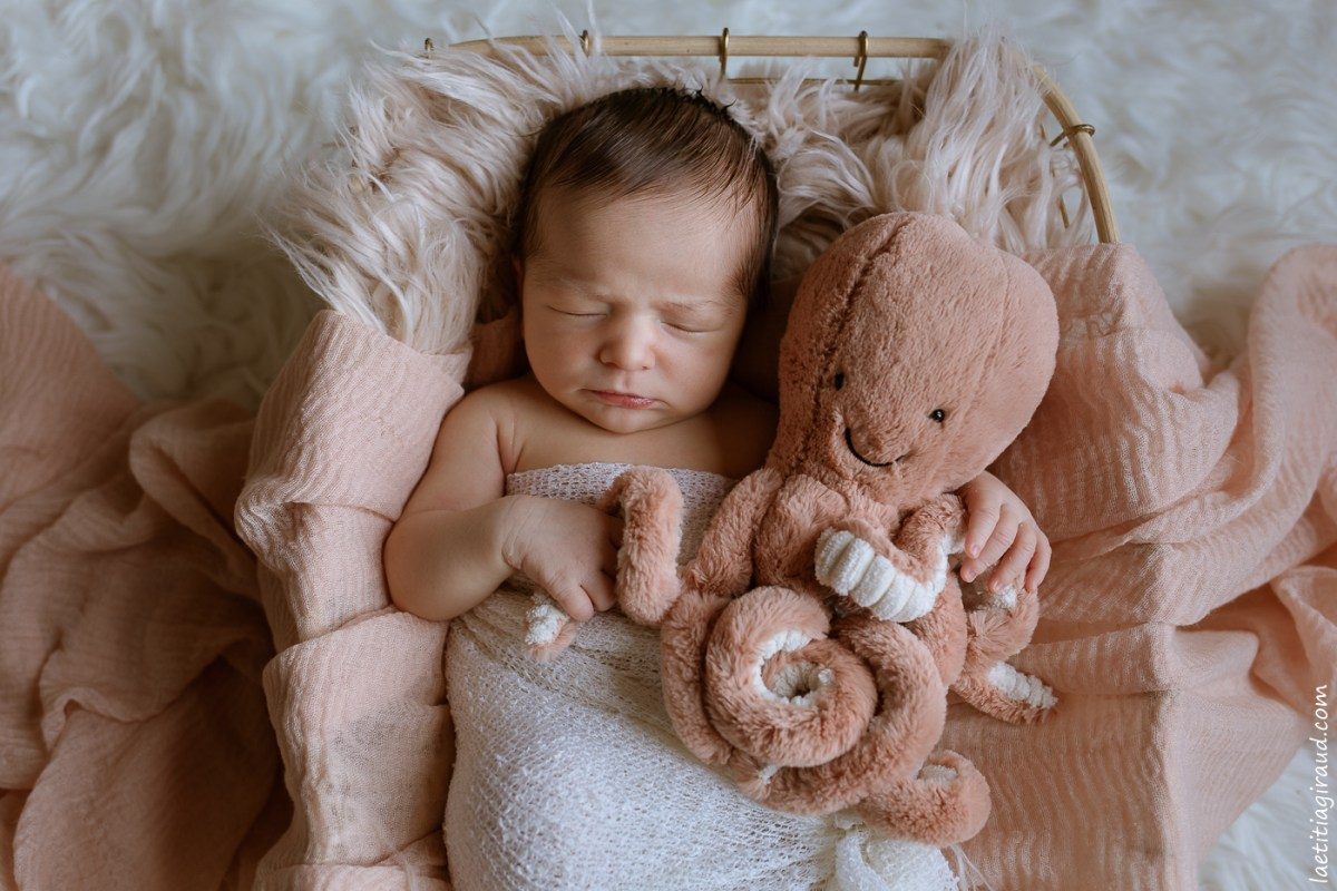 nouveau né avec son doudou jellycat