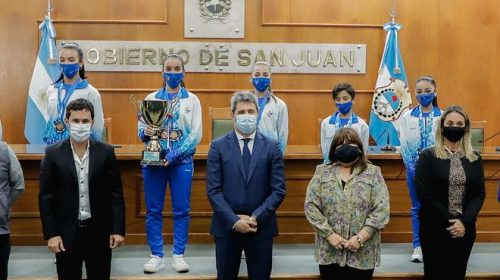 Los chicos del patinaje artístico le llevaron al gobernador sus medallas del Argentino