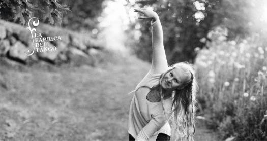 Niina Kastari tanssii luonnossa.