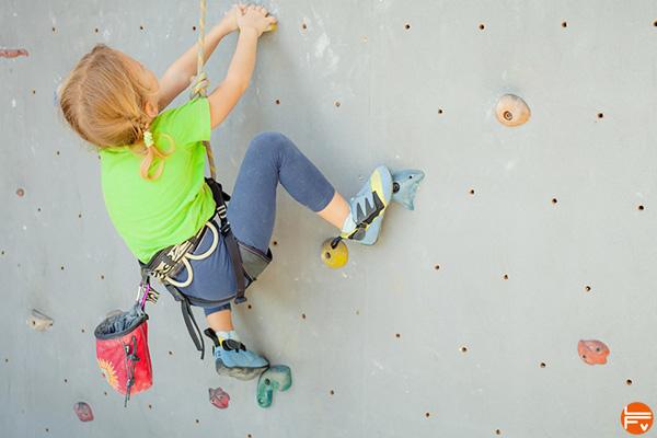 enfants-escalade-fabrique-verticale-jeux