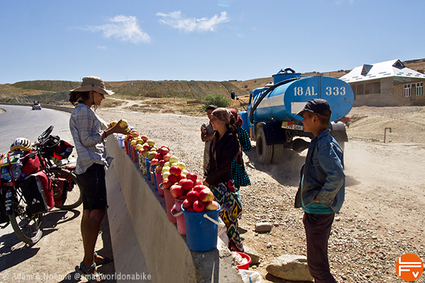 Noémie buys some apples in the middle of the ouzbek desert