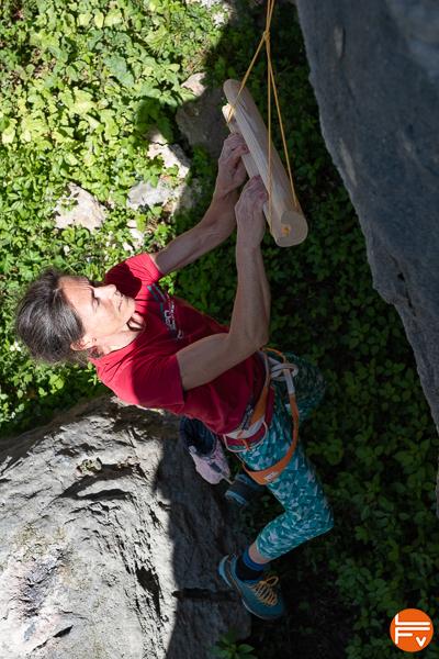 grimpeuse se suspend sur poutre mobile échauffement en falaise