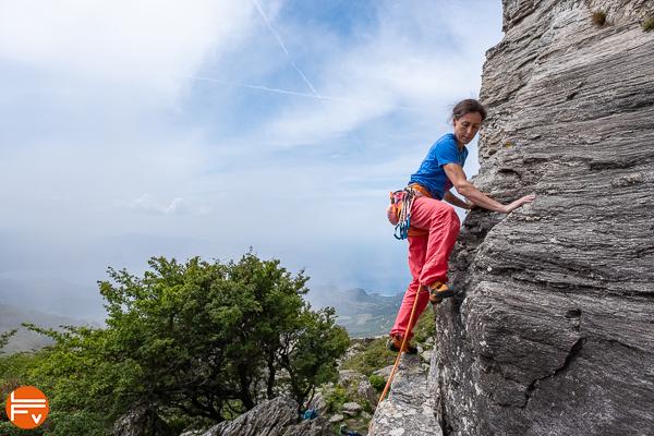 grimpeuse démarre voie en tête