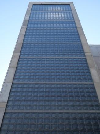 Briques de verre en façade d'escalier (Le Corbusier)