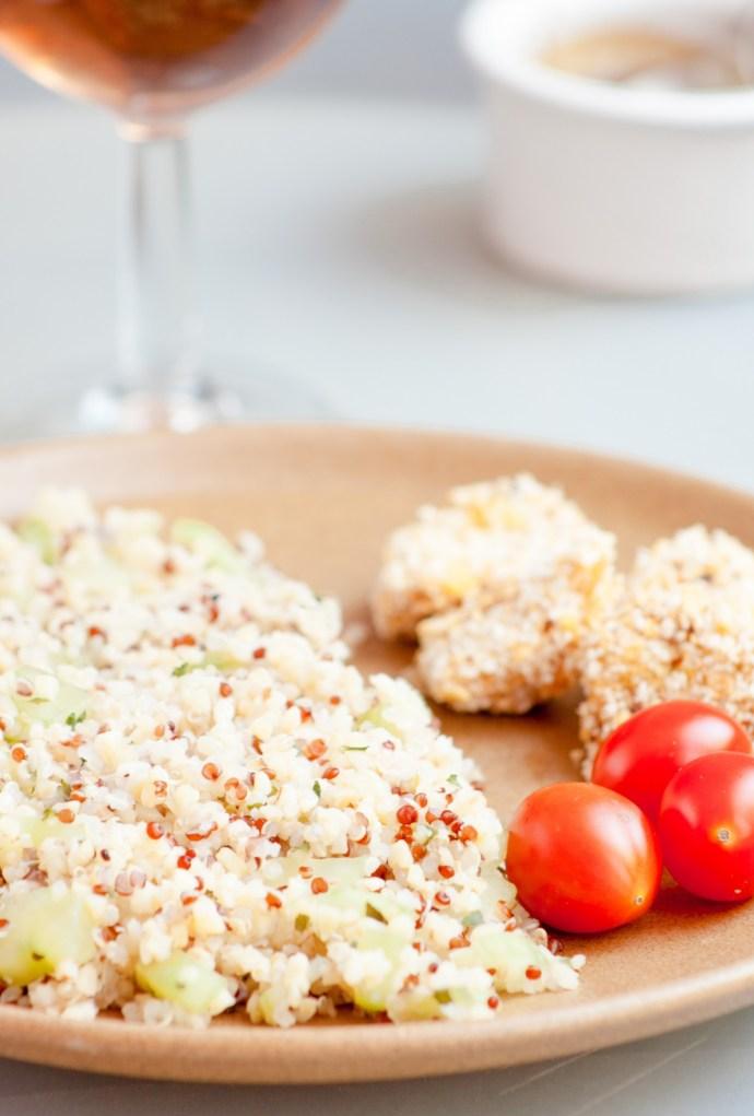 Poulet pané, salade quinoa - concombre & sauce légère