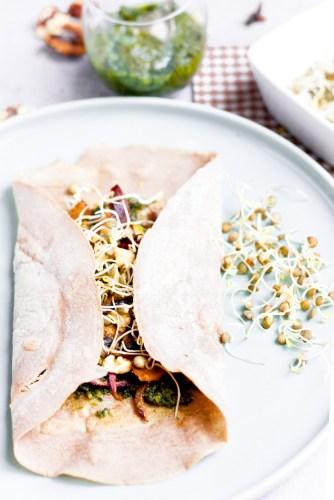 Galette bretonne au pesto, légumes rôties et lentilles germées {vegan, IG bas, sans gluten} | www.lafaimestproche.com