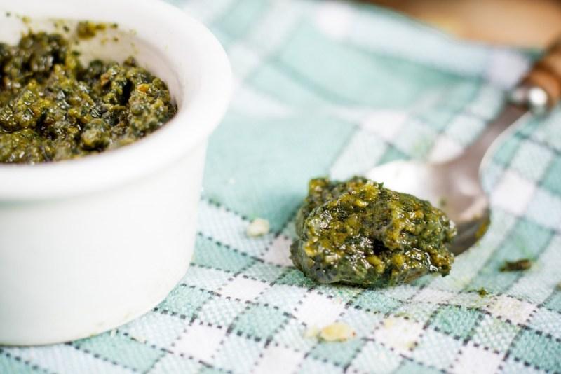 Pesto de basilic aux noix {vegan, IG bas, sans gluten} | www.lafaimestproche.com