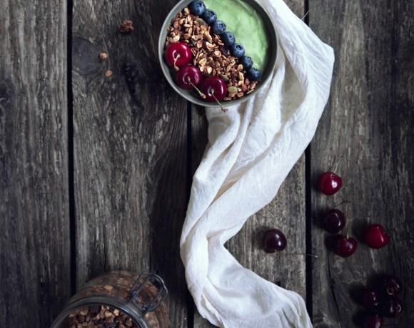 Smoothie bowl avocat, banane, myrtilles et granola {vegan, IG bas, sans gluten}