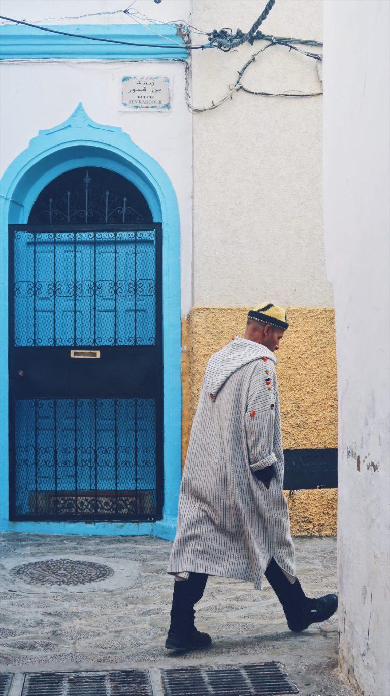 Un marocain au djellaba à Assilah au Maroc