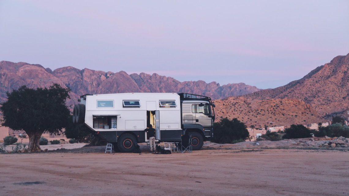 Voyage au Maroc camion 4x4 belge dans la palmeraie de Tafraout