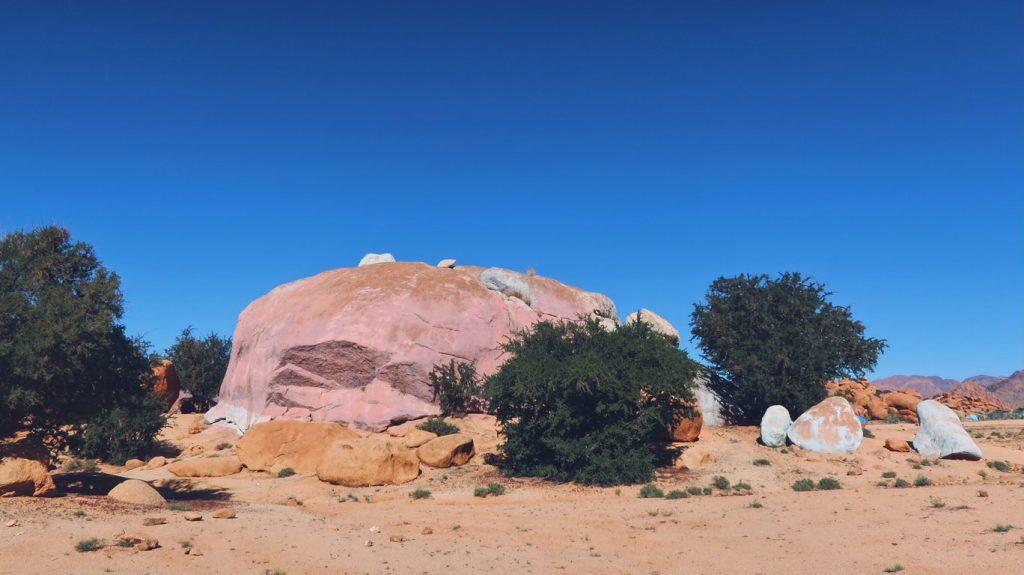 Voyage au Maroc roches peintes en rose et bleu jean vérame