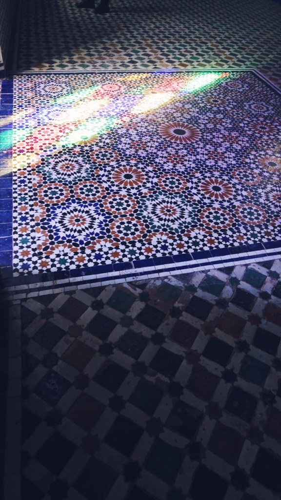 Voyage au Maroc reflets au sol du palais bahia