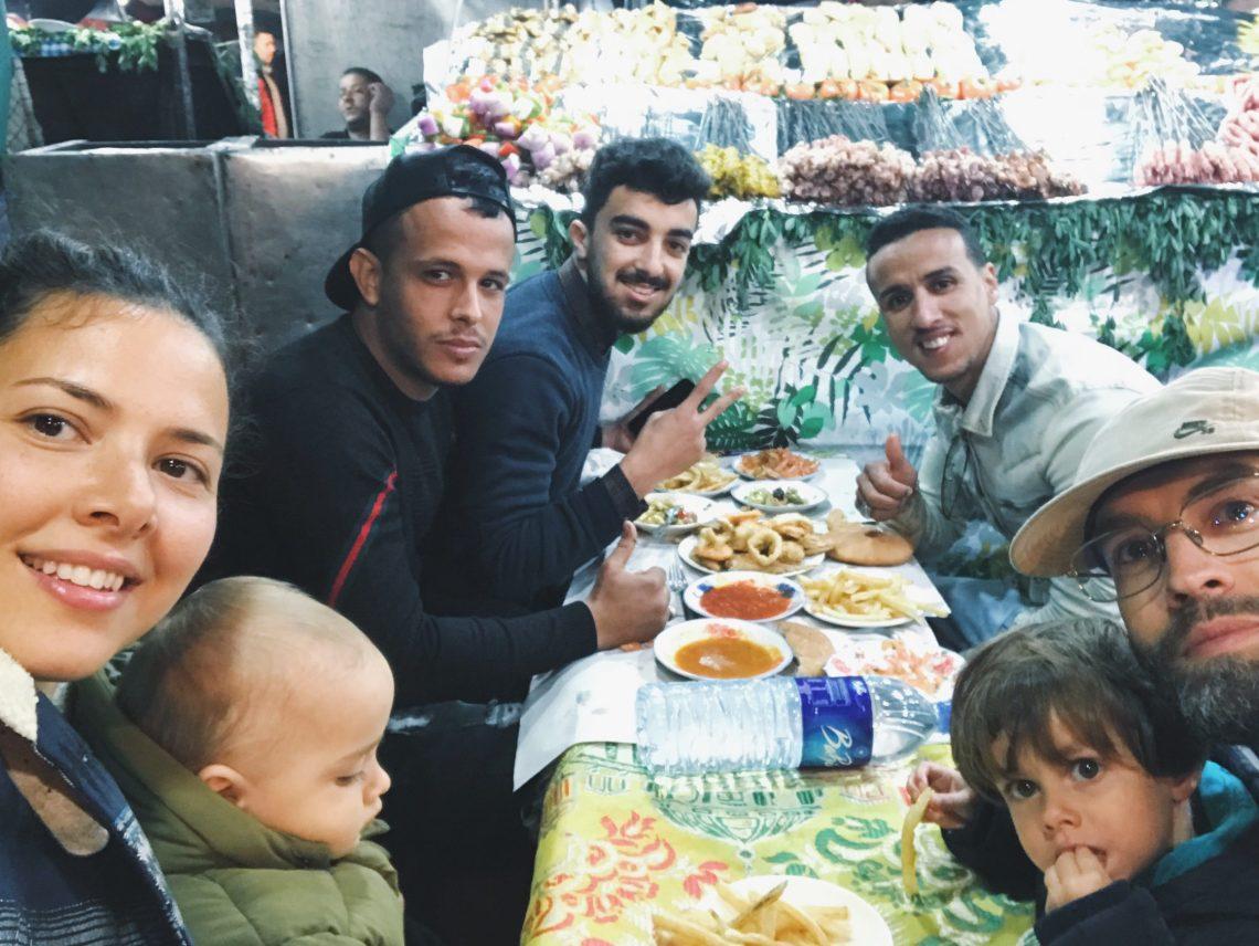 Voyage au Maroc Marrakech échoppes et amis dans la place jamaa el-fna