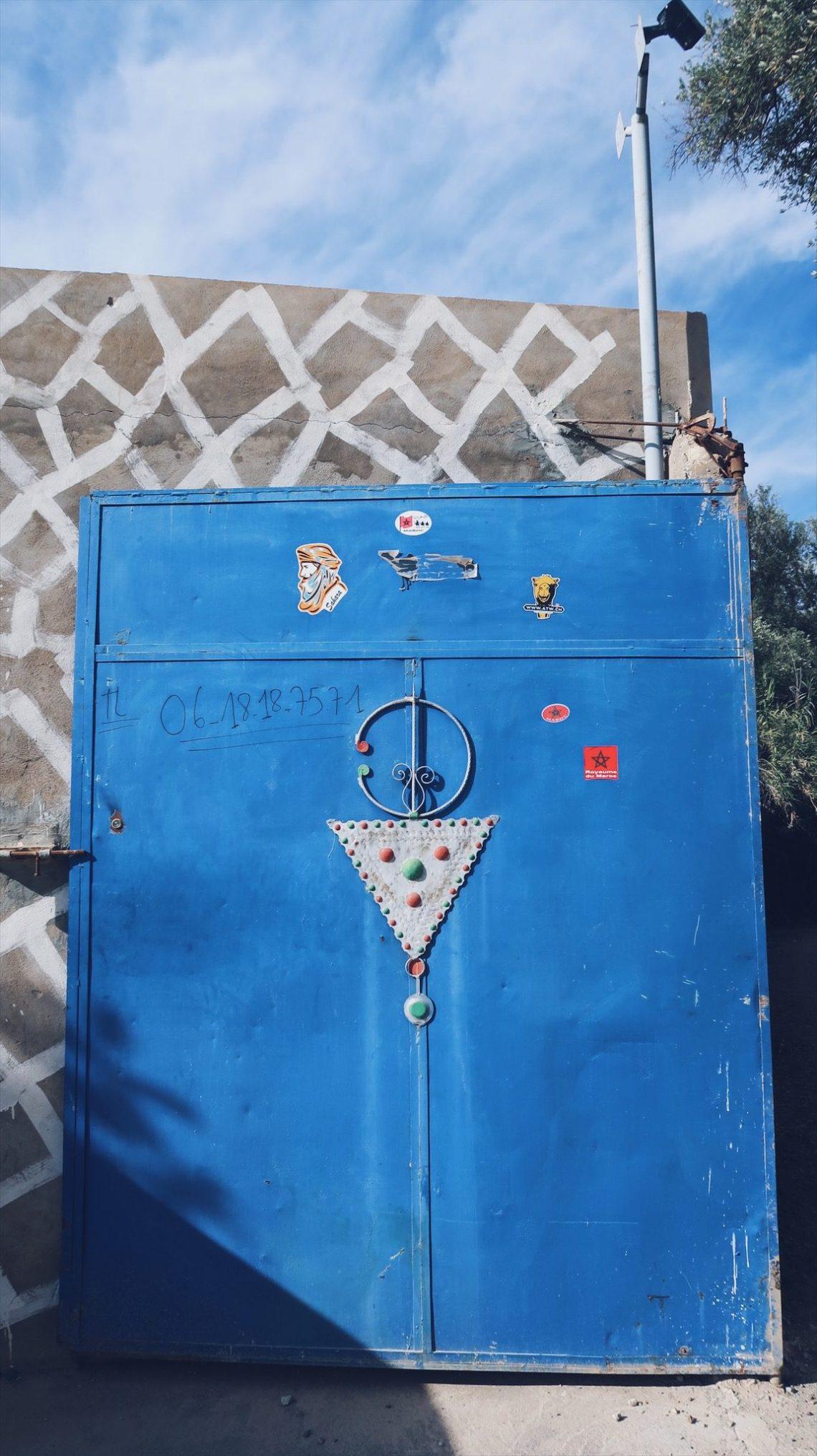 Voyage au Maroc Taroudant la porte du camping du jardin avec symbole Berbère
