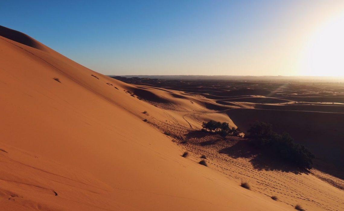 Voyage au Maroc dans le désert de Sahara dunes Merzouga coucher de soleil