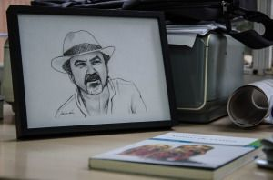 Retrato de Manuel Moyano sobre su mesa de trabajo | Laura Salmerón