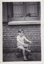 Enfant sur son tricycles