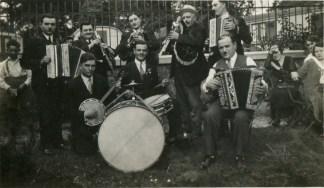 Martin Cayla à la cabrette, à gauche avec des amis musiciens