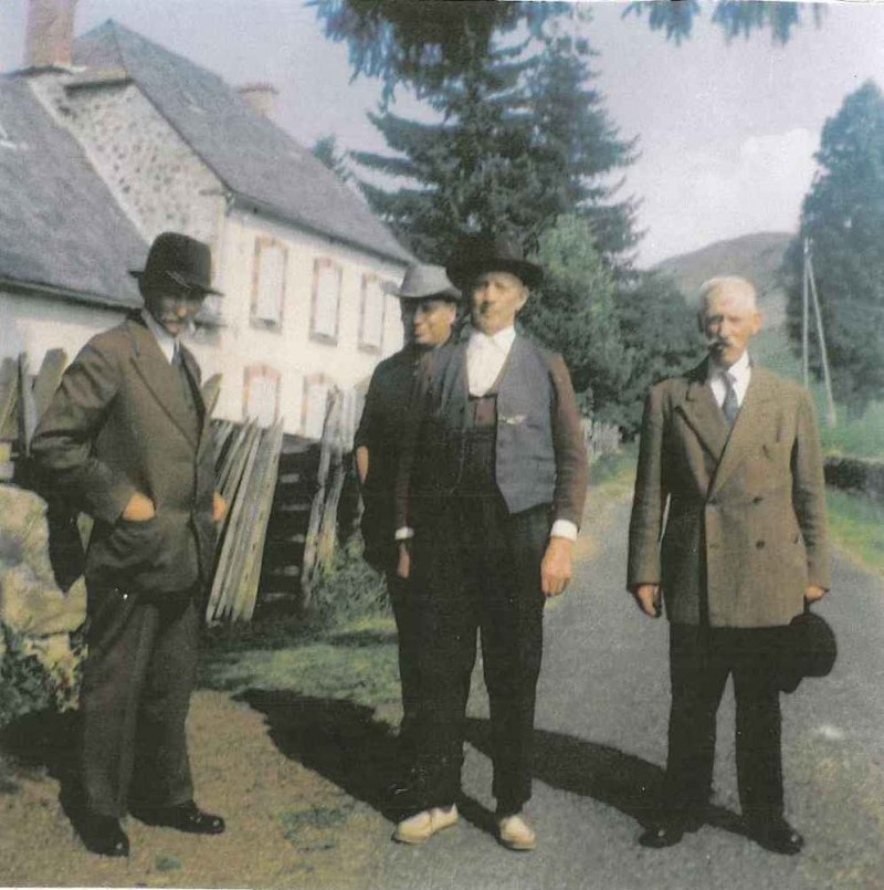 Pierre Baraduc au centre, et à sa gauche, Antonin, autre chanteur de la famille (coll. Max Dérobert)
