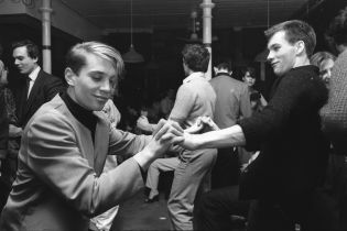 Boys dancing together at the Blitz Club, Covent Garden, London, 1980. ©Homer Sykes/Courtesy Les Douches la Galerie