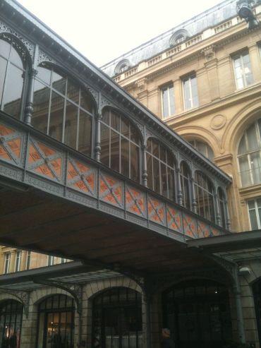 La passerelle aujourd'hui condamnée qui communique entre la gare Saint-Lazare et le Hilton Paris Opéra