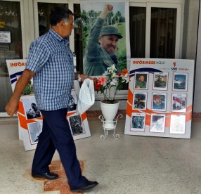 HAB107. HOLGUÍN (CUBA), 02/12/2016.- Un hombre camina frente a un improvisado altar con imágenes de Fidel Castro hoy, viernes 2 de diciembre de 2016, mientras esperan la llegada de la caravana que traslada las cenizas del fallecido líder de la revolución cubana Fidel Castro, en Holguín, a 800km de La Habana (Cuba). La urna con las cenizas de Castro se encuentran en viaje de cuatro días por la isla, partiendo desde La Habana, hasta la Ciudad de Santigo en donde se celebrara su funeral el domingo 4 de diciembre. EFE/Ernesto Mastrascusa
