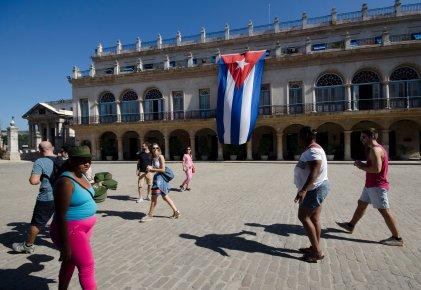 HAB100. LA HABANA (CUBA), 05/12/2016.- Una mujer vende gorras verde olivo de estilo militar a los turistas en la Plaza de Armas de La Habana Vieja hoy, 5 de diciembre de 2016, un día después de la inhumación de las cenizas del líder cubano Fidel Castro. La capital del país regresa a su vida cotidiana, tras nueve días de duelo nacional por la muerte de Castro. EFE/Rolando Pujol
