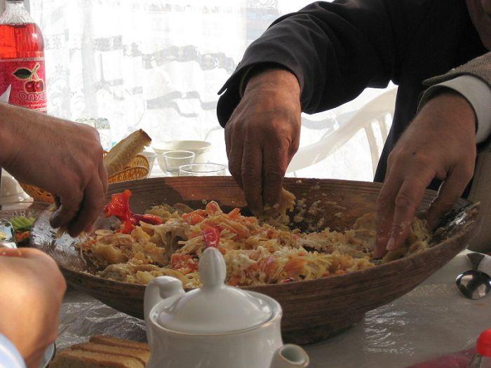 File:Kurutob eating with hands.jpg