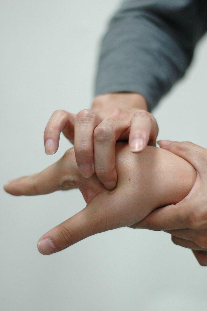 https://upload.wikimedia.org/wikipedia/commons/thumb/0/05/Acupuncture_point_Hegu_%28LI_4%29.jpg/800px-Acupuncture_point_Hegu_%28LI_4%29.jpg