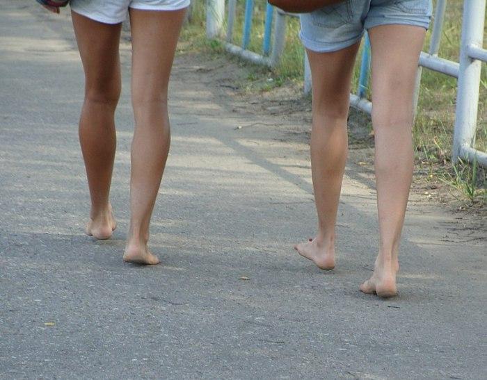 File:Barefoot on the asphalt.JPG