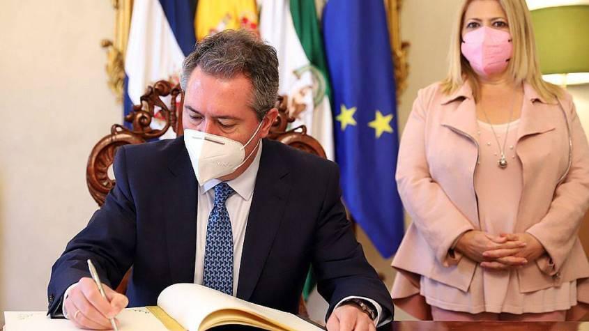 Alcaldesa_Recepcion_Juan_Espadas_Alcaldes_Sevilla_3_02f2361012