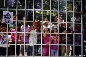 Trump plantea ampliar el plazo de detención de menores inmigrantes en EE.UU.