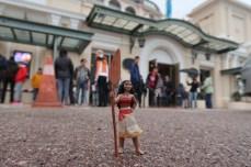 Nouvel arrêt devant le Théâtre Princesse Grâce, où la foule se massait afin de se rendre au cinéma.