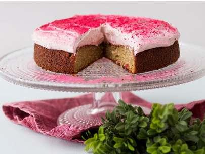 Glutenfri mjuk kaka med lingon- och vitchokladgrädde