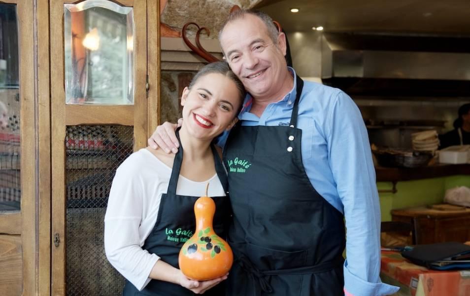 photo martina la serveuse du restaurant avec André