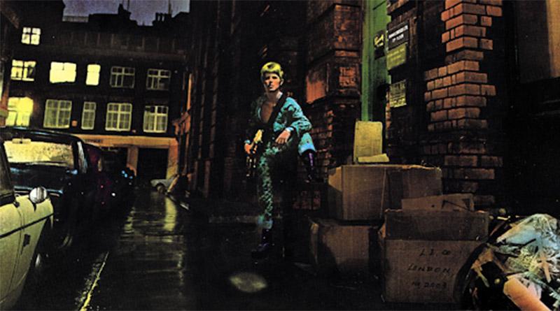 İlk albümünü çıkarttığı günden öldüğü güne kadar David Bowie her hareketiyle popüler kültüre yön verdi, müzik alanında sayısız başyapıta imza attı. The Rise and Fall of Ziggy Stardust and the Spiders from Mars albümü değil Bowie'nin, rock müzik tarihinin en güzel, en görkemli albümlerinden bir tanesi olarak 1972 yılında karşımıza çıktı.