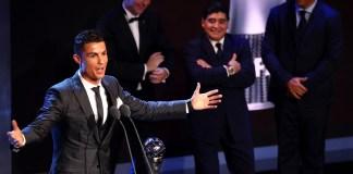 Craque português recebe o prêmio Fifa The Best em Londres (Foto: Getty Images)