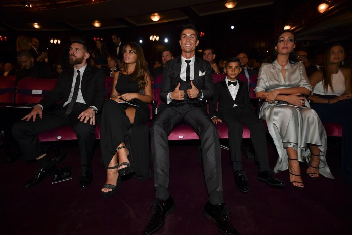 Lionel Messi e Cristiano Ronaldo na cerimônia do Fifa The Best (Foto: AFP)