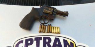 O suspeito juntamente com a arma do crime foi encaminhado à Delegacia Plantonista da Zona Sul, no Bairro Farolândia (foto: PM/SE)