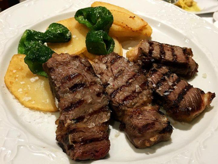 Carne fileteada a la parrilla con patatas y pimientos Restaurante El Aliño