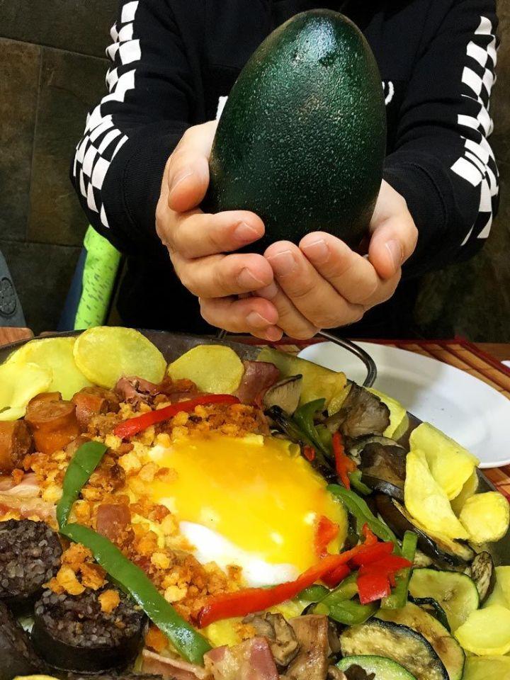 Bar-Macarena-Restaurante-Carnes-Huevos-Exoticos-Vallecas-Huevo-Emu-Cascara