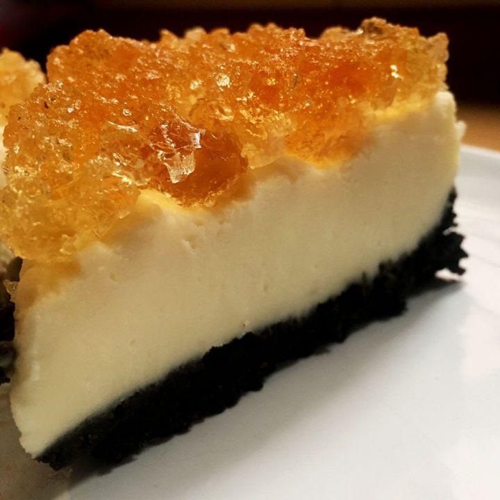 Trozo de tarta de queso con chocolate blanco, Oreo's y gelatina de Moscatel