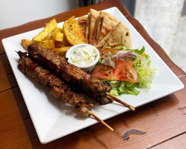 Suvlaki-de-cerdo-2---Egeo-Suvlakeria-Griega-Restaurante-Madrid