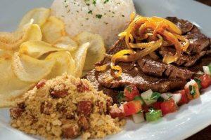 picaña con farofa y patatas fritas, moqueca bahiana, gastronomia brasil, cocina de brasil, food brasil, platos tipicos de brasil