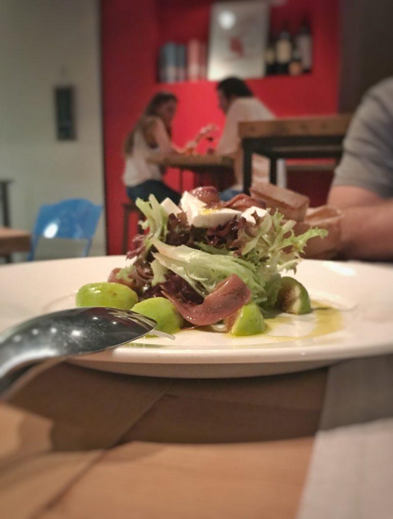 Ensalada de higos, anchoas y queso fresco. Restaurantes en Madrid
