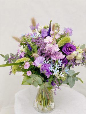 Elegant trendy blomster buket bundet af sæsonens lilla og blå blomster