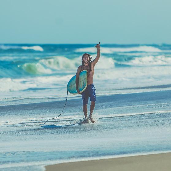 Surfer heureux après session