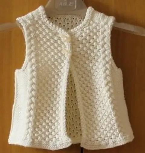 Au tricot un gilet sans manche pour enfant