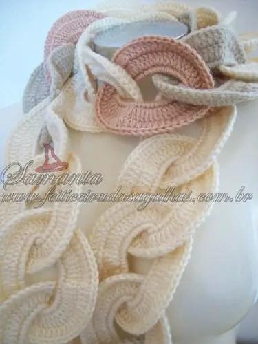 Une écharpe avec des ronds entrelacés