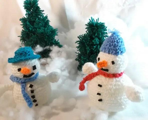 des petits bonhommes de neige au crochet